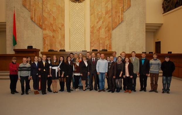 Молодежная делегация избирательного округа в Овальном зале Дома Правительства