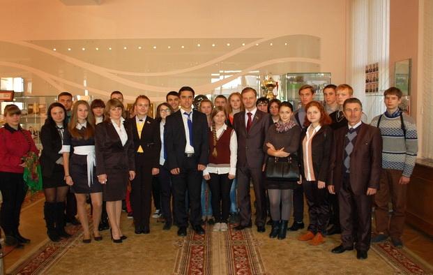Молодежная делегация избирательного округа в музее Палаты представителей